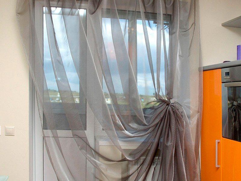 Виды штор и занавесок для кухни с окном и балконной дверью. .