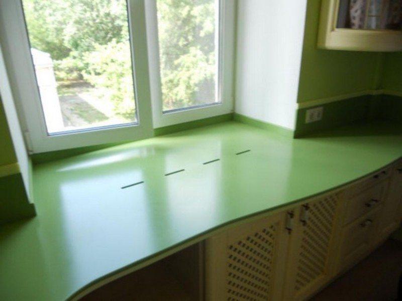 Из каких материалов делают подоконник-столешницу на кухне.