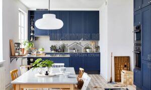 Синяя кухня в скандинавском стиле с полуостровом