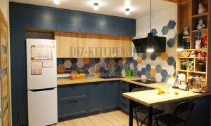 Кухня с ярким фартуком, сочетание синего с деревянными фасадами