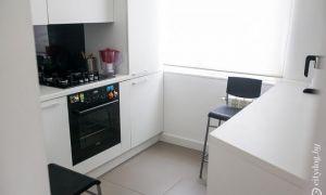 Интерьер светлой кухни 6 м<sup>2</sup> со встроенной стиральной машиной
