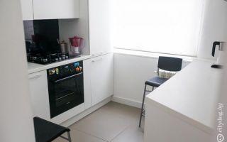 Интерьер светлой кухни со встроенной стиральной машиной площадью 6 кв.м.