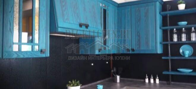 Дубовая кухня в стиле лофт с открытыми голубыми полками