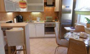 Дизайн единого пространства белой кухни с двумя входами на 10,5 кв.м.