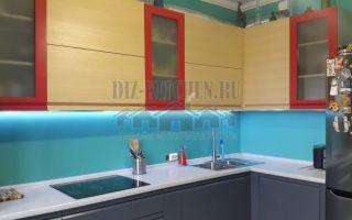 Современная угловая серая кухня с красными витринами