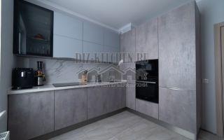 Серая кухня в стиле модерн на площади 10 кв. м
