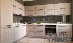 Современная кухня цвета льна в сталинке с высокими потолками на площади 14 кв. м