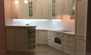 Белая классическая кухня с барной стойкой-буфетом
