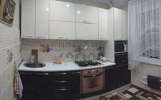 Современная светло-коричневая кухня с пластиковыми фасадами