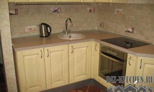 Классическая угловая кухня из массива со столешницей из жидкого камня