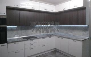 Бело-коричневая кухня в стиле модерн, площадью 13 кв. м
