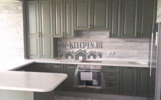 Оливковая кухня с разноуровневыми фасадами на площади 8 м<sup>2</sup>