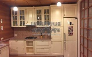 Белая кухня в стиле прованс с большим буфетом