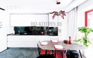 Черно-белый гарнитур с зеркальным фартуком в кухне 11 м<sup>2</sup>