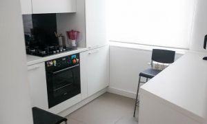 Интерьер светлой кухни 6 кв.м. со встроенной стиральной машиной и столом-стойкой
