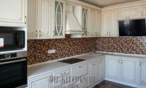 Белая классическая кухня на 12 кв. м с коричневым фартуком