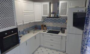 Угловая кухня в бело-голубых тонах с большим окном