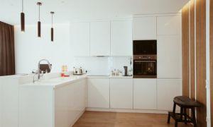 Белая кухня без ручек с барной стойкой