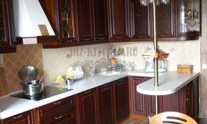 Классическая коричневая кухня из массива ясеня с барной стойкой