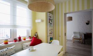 Дизайн белой кухни 10 кв. м с желтыми полосатыми обоями и техникой в нишах