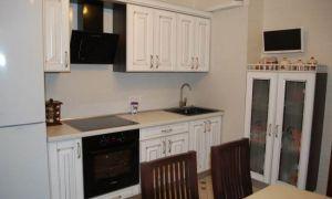 Классическая белая кухня с обеденной зоной и телевизором на 10 кв.м