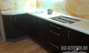 Современная угловая кухня со стеновой панелью с апельсинами