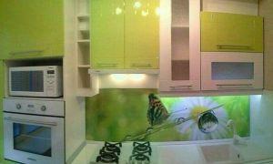 Дизайн кухни 6 кв.м с телевизором, холодильником и передвижным столом