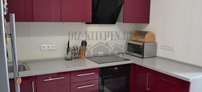 Современная бордовая кухня 10 кв. м с пластиковыми фасадами Акрилайн