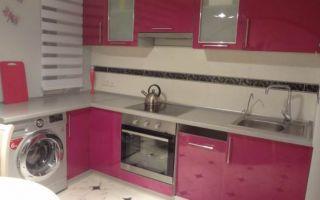 Цвет фуксия Г-образной кухни на 9 кв. м
