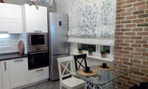 Дизайн белой кухни с черной столешницей площадью 10 кв.м.