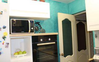 Дизайн меленькой кухни 7 кв. м. с бирюзовыми стенами и фасадами из массива