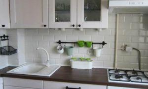 Классическая белая кухня 7 кв. м с холодильников и обеденной зоной