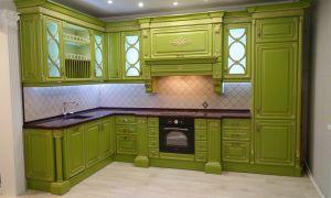 Яркой зеленой кухни-классика со встроенной техникой