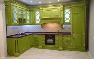 Дизайн яркой зеленой кухни 14 кв.м в классическом стиле с пилястрами. Встроенная техника