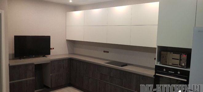 Стильная угловая кухня в стиле лофт с темными и светлыми фасадами