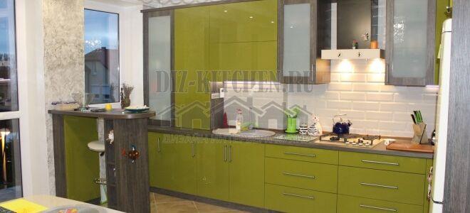 Салатовая кухня с контрастными деревянными вставками