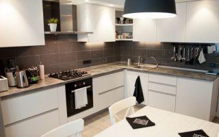 Белая кухня 12 м в скандинавском стиле с серым фартуком и столешницей