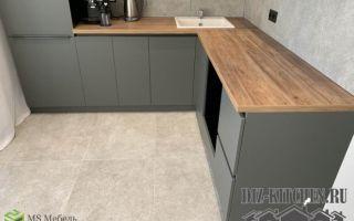 Современная кухня-студия с серыми фасадами в стиле минимализм