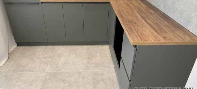Современная кухня-гостиная с серыми фасадами в стиле минимализм