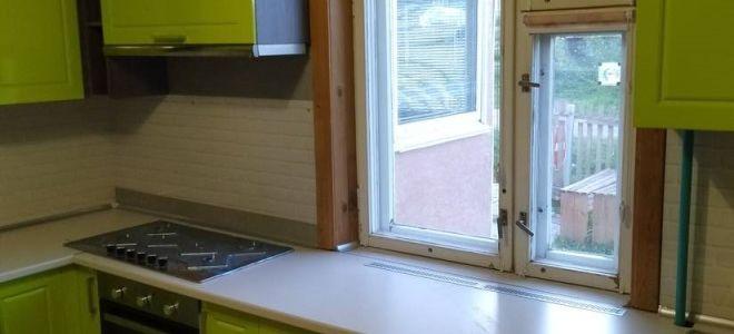 Красивая П-образная кухня в стиле неоклассика в загородном доме
