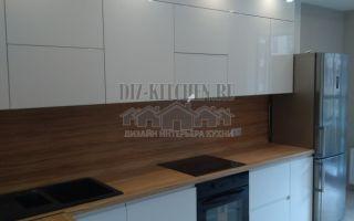 Современная белая глянцевая кухня без ручек на площади 10 кв. м