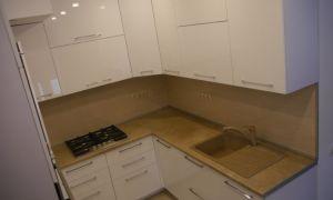 Узкая кухня 9 кв.м П-образной планировки со встроенным холодильником (без обеденной зоны)