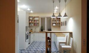 Проект модной кухни в частном доме с барной стойкой и открытыми полками