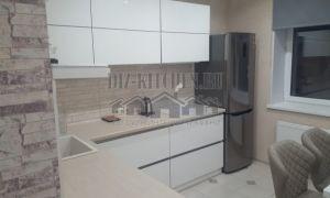 Современная угловая белая кухня с фасадами Alvic и интегрированными ручками