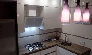 Современная белая угловая кухня 8 кв. м. с диваном