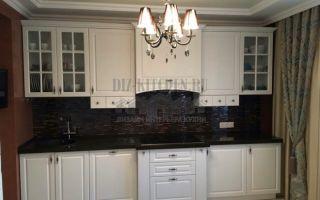 Классическая белая кухня с черной столешницей, фартуком и встроенной техникой