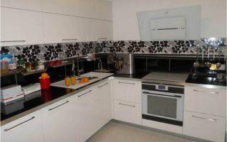 Дизайн белой кухни с черным фартуком площадью 10 кв.м