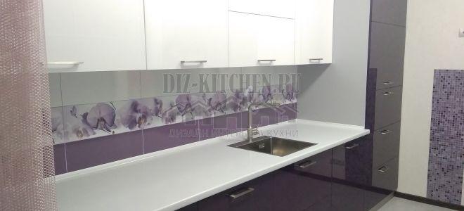 Современная бело-фиолетовая кухня с доводчиками Aventos