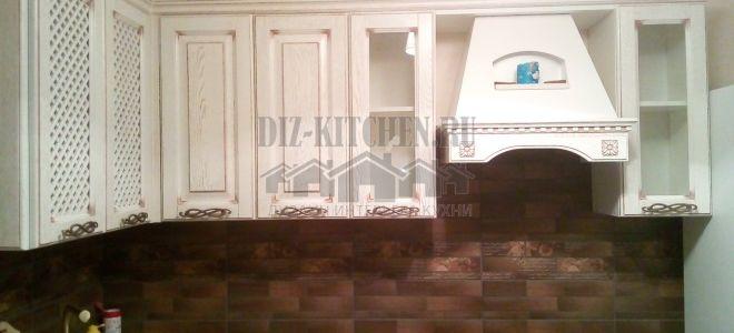 Классическая белая кухня с коричневым керамическим фартуком