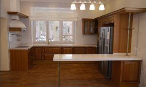 Дизайн большой классической кухни с мойкой у окна в частном доме